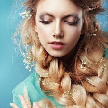 Einfache Frisur mit weißen Glockenblumen