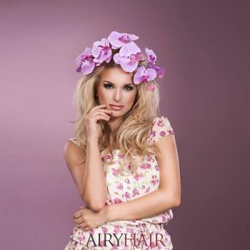 Ein rosa Kleid mit abgestimmter Blumenfrisur